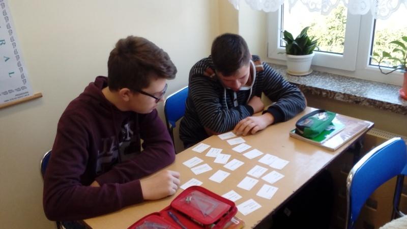 uczniowie układają FISZKI na stole