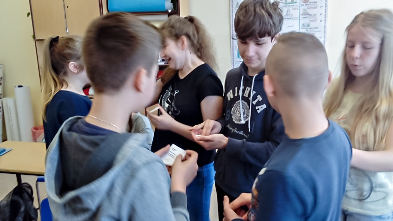 uczniowie uczą się z fiszek w klasie