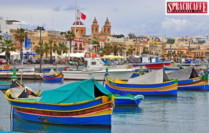 Charakterystyczne kolorowe łodzie rybackie w zatokach Maltańskich miasteczek
