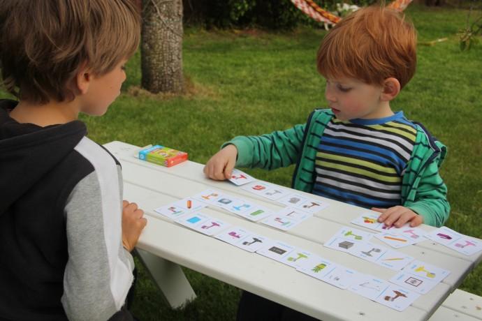 dzieci grające w domino