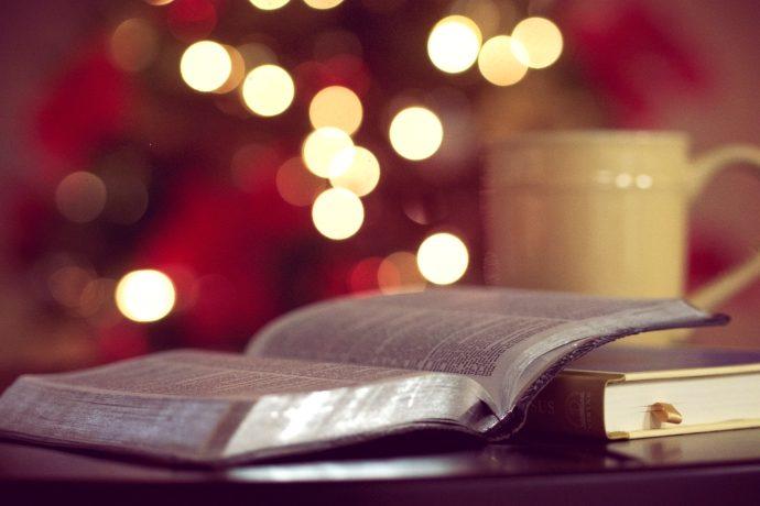 książka i kubek z herbatą