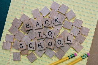 Napis back to school na drewnianych klockach