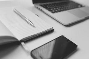 notatnik, długopis, telefon, laptop