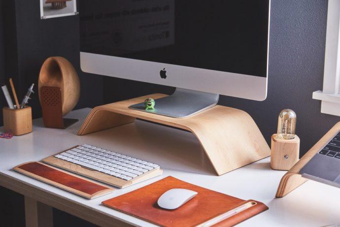 komputer i klawiatura na biurku