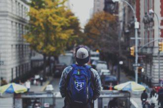 młody chłopak w mieście