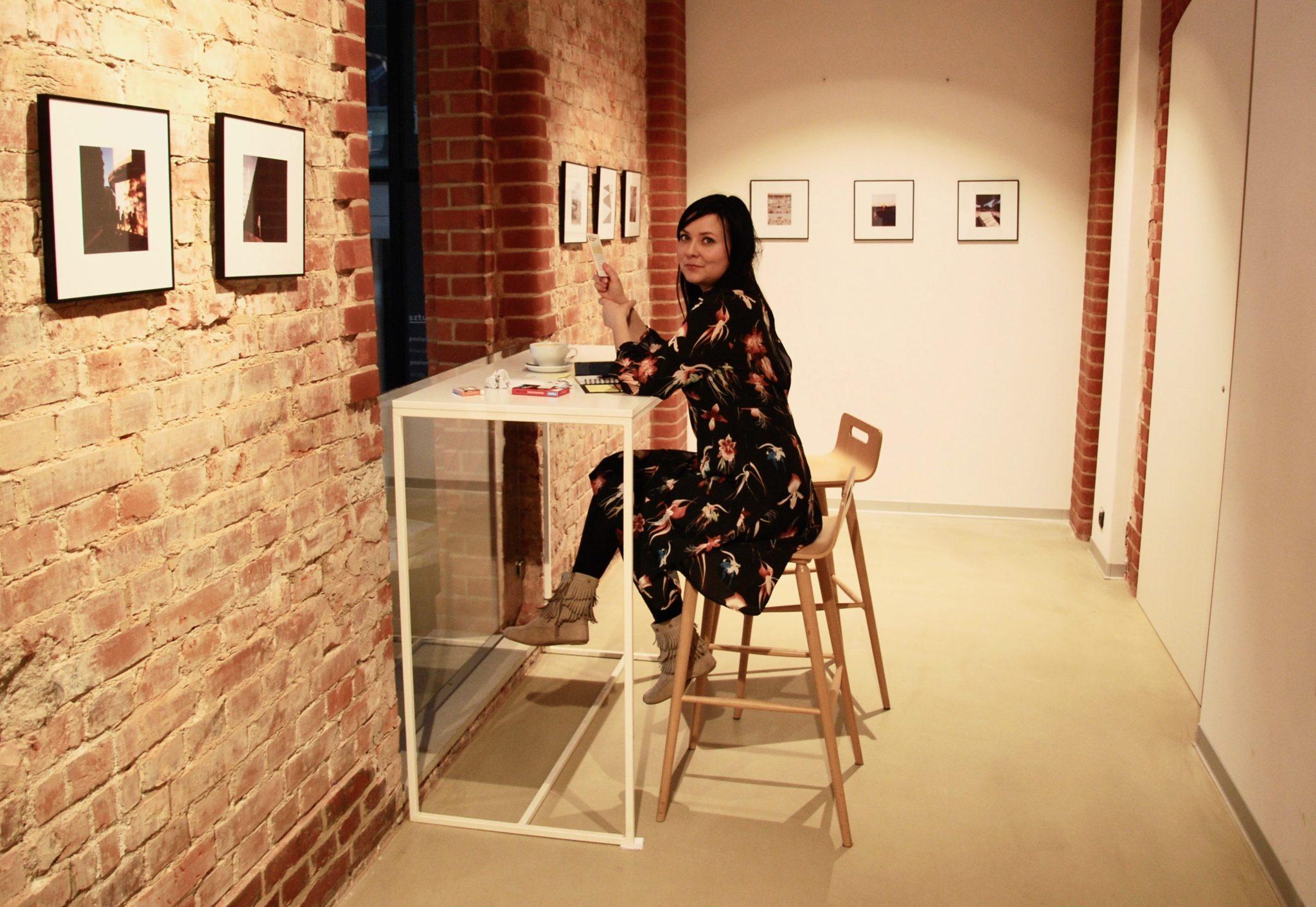 kobieta przegląda FISZKI - Szkoła projektowania prezentacji