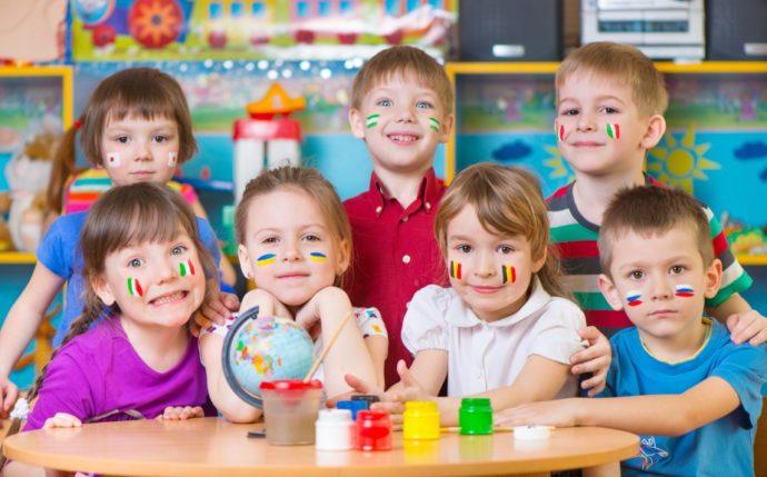 dzieci z flagami różnych krajów namalowanymi na policzkach