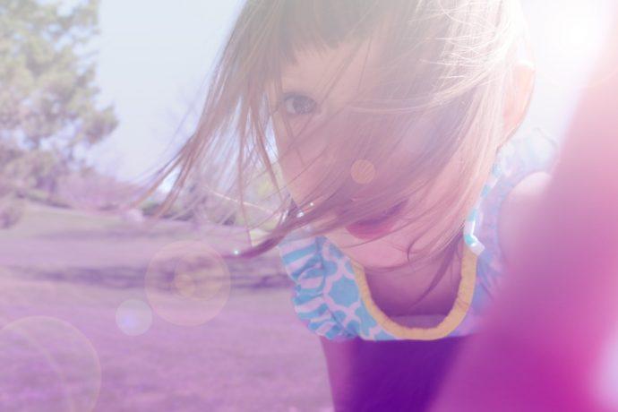 dziewczynka w parku