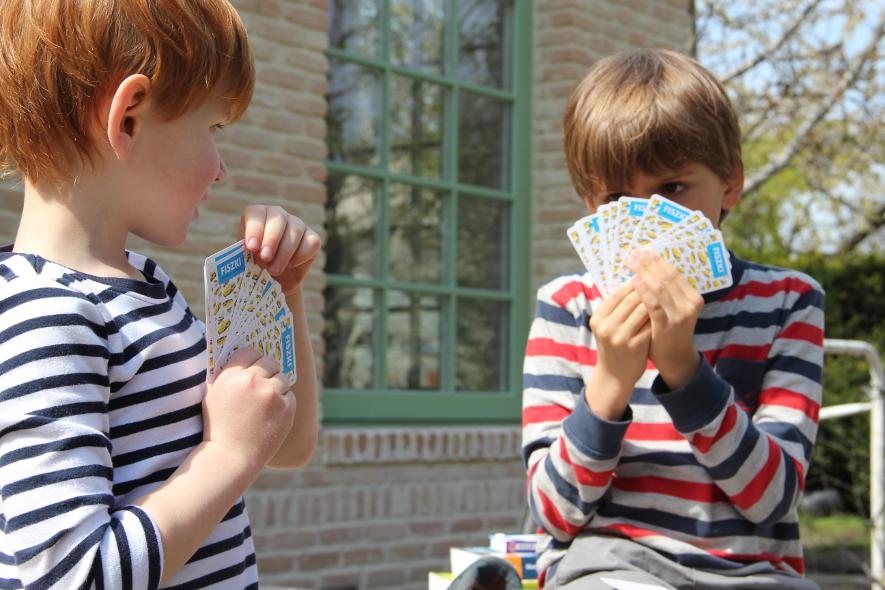 dzieci grają w karty z rozmówkami niemieckimi