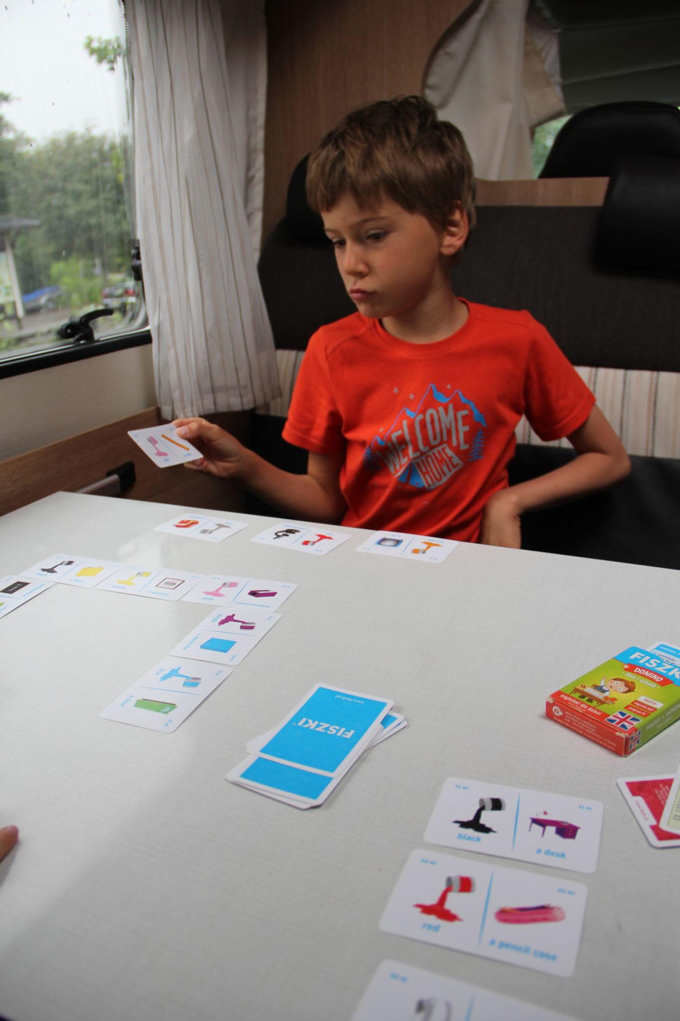 chłopiec gra w DOMINO do nauki angielskiego