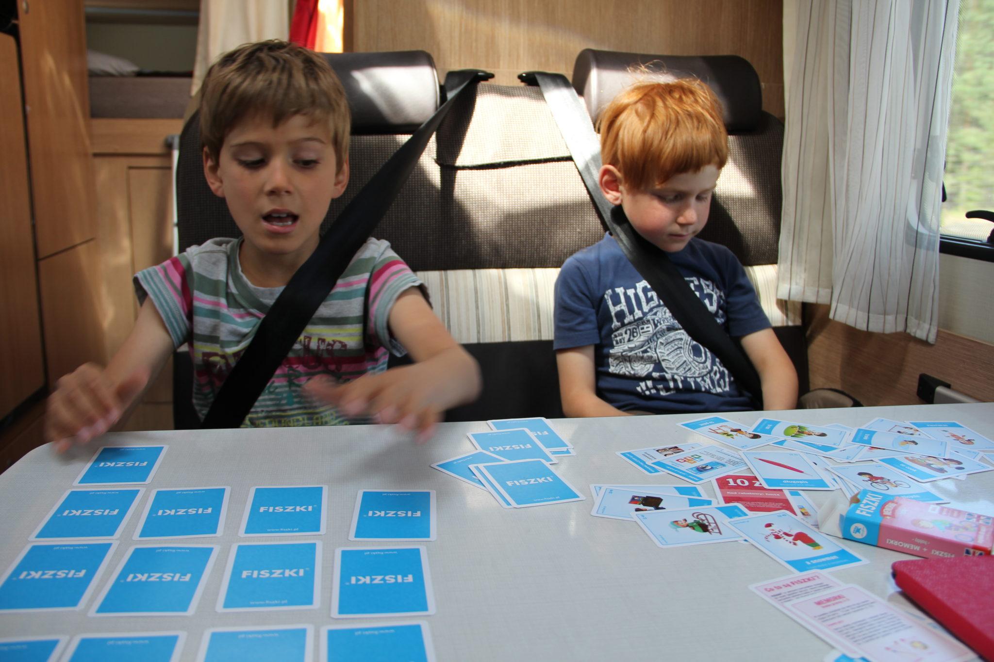 dzieci bawią się FISZKAMI obrazkowymi do nauki angieslkiego w samochodzie