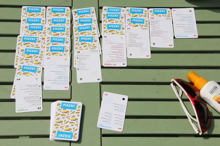 pasjans ułożony z kart z rozmówkami niemieckimi