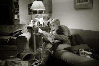 mama czytająca dziecku książkę