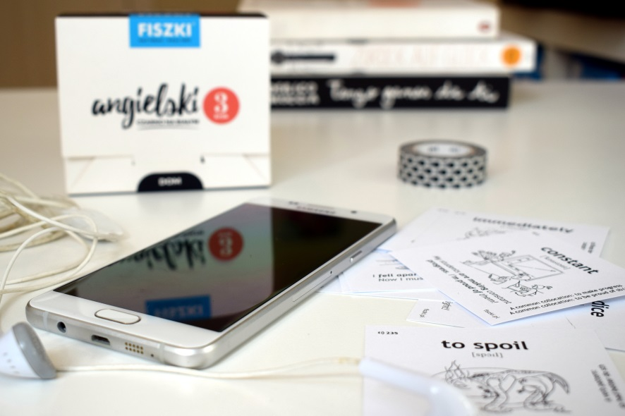 telefon z angielkimi nagraniami mp3 i fiszki obrazkowe do nauki angielskiego