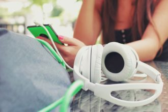 słuchawki i telefon z angielskim mp3