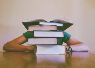 spiętrzone książki