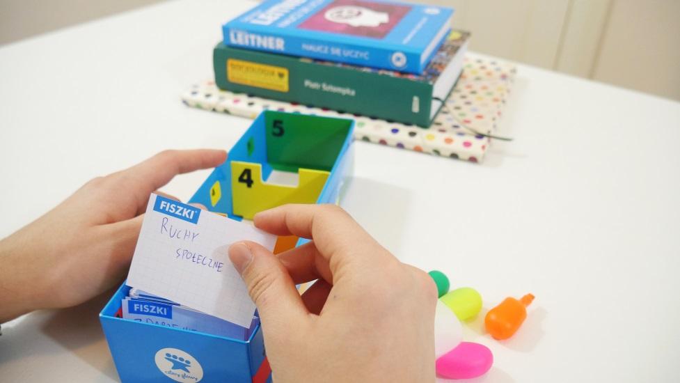 Nauka do sesji z fiszkami i pudełkiem MEMOBOX