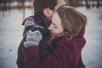przytulający się zakochani