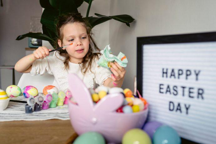 Dziewczynka zdobiąca jajka wielkanocne