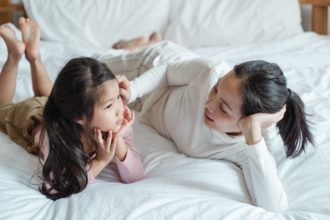 Storytelling mama opowiada córcę bajkę