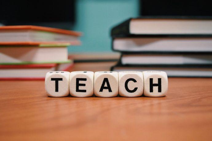 materiały dla nauczycieli angielskiego napis teach - uczyć