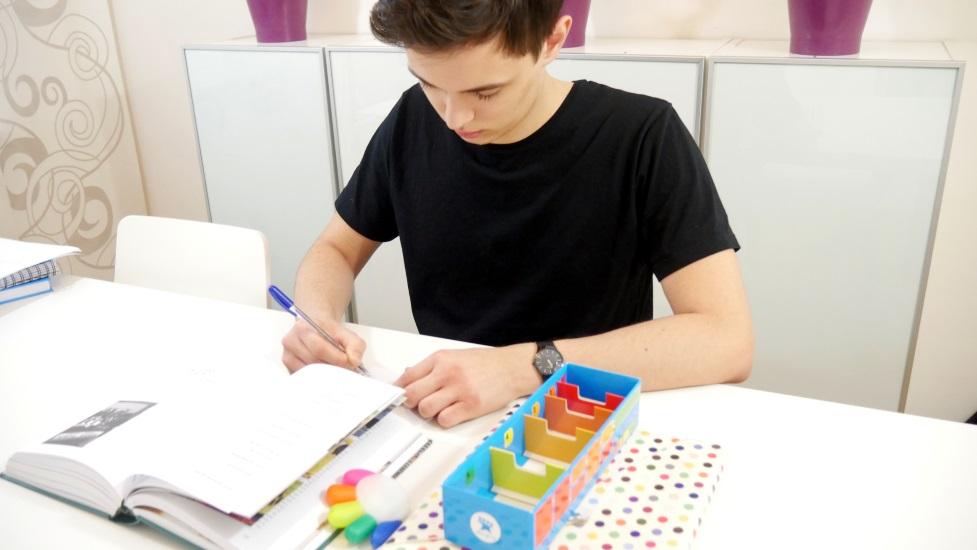student robi fiszki na podstawie książki do socjologii