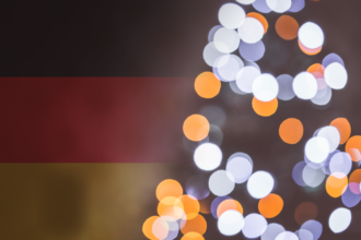 choinka na tle niemieckiej flagi