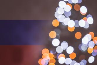 choinka na tle rosyjskiej flagi