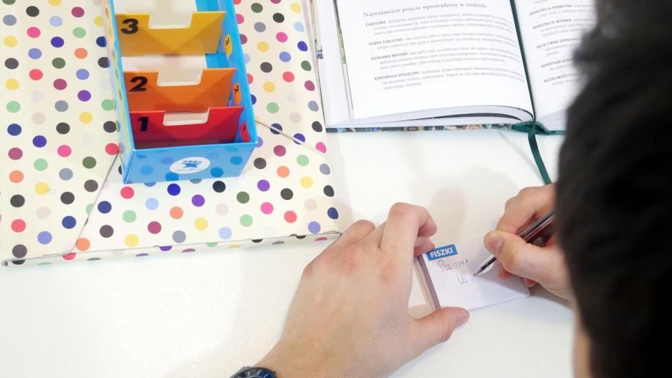 student robi notatki na fiszkach in blanco